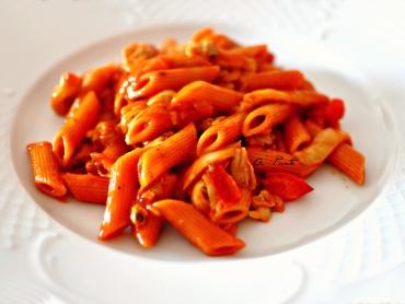 Macarrones picantes con tomate, berberechos y setas